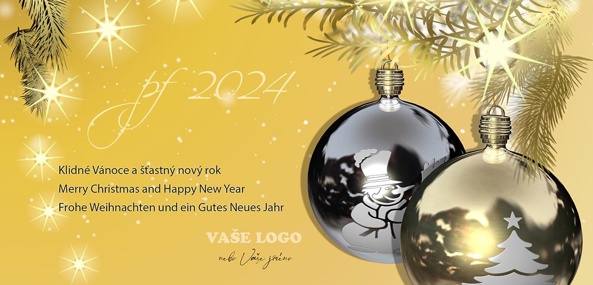 Lesklé ozdoby s vánočními motivy pověšené na větvičce rozsvíceného vánočního stromku.