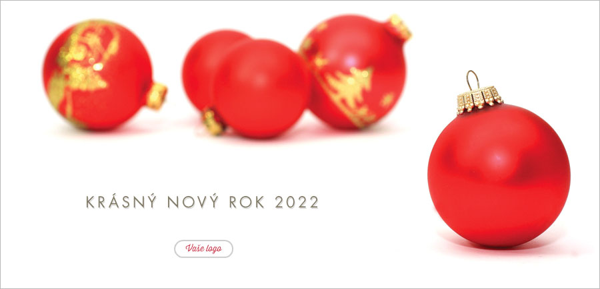 Volně položené červenozlaté ozdoby v pozadí a jednoduchá červená baňka spolu ladí na vánočním přání.