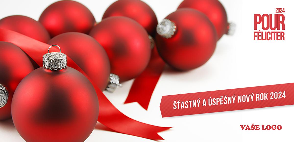 Novoročenka s vánočním zátiším s volně položenými červenými ozdobami a stuhou na bílém pozadí.