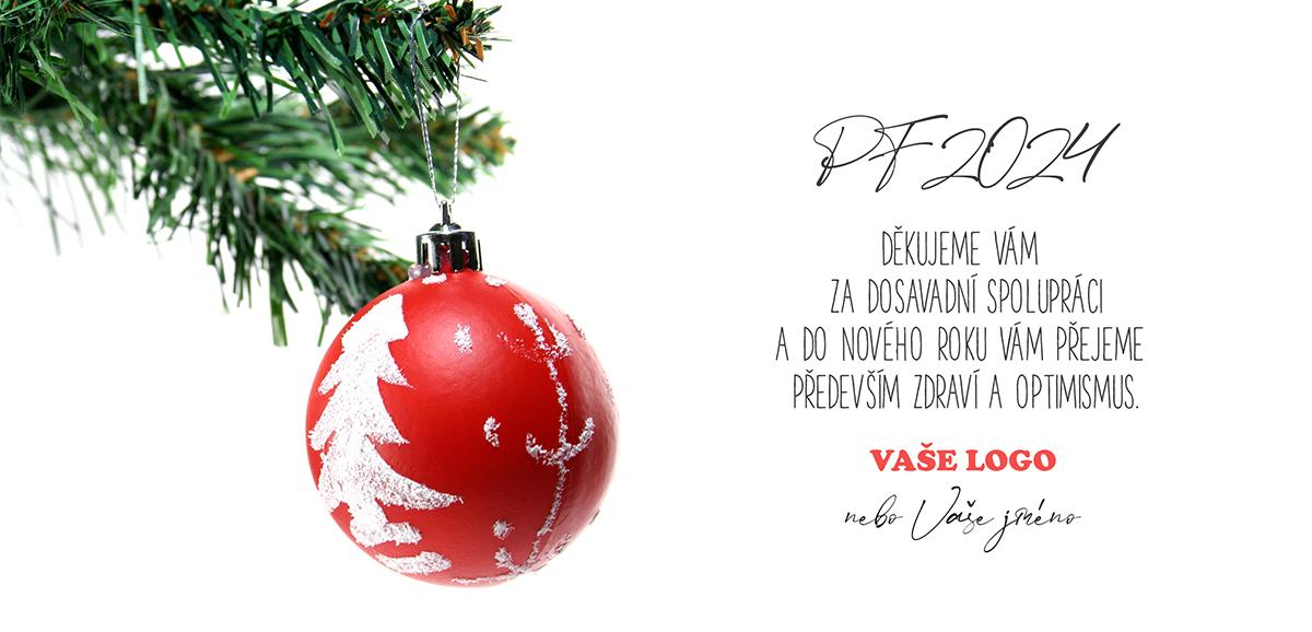 Vánoční přání s červenou retro baňkou s motivem vánočního stromku zavěšenou na větvičce.