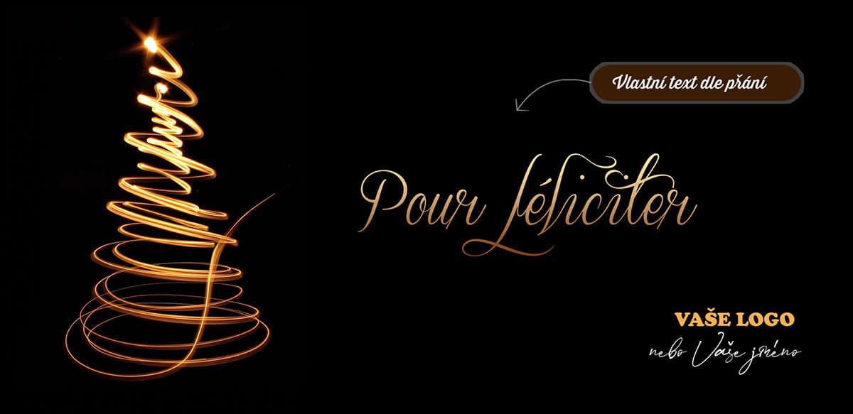 Kreativní novoroční přání s vyhasínajícím světlem načrtnutým stromkem na černém pozadí.