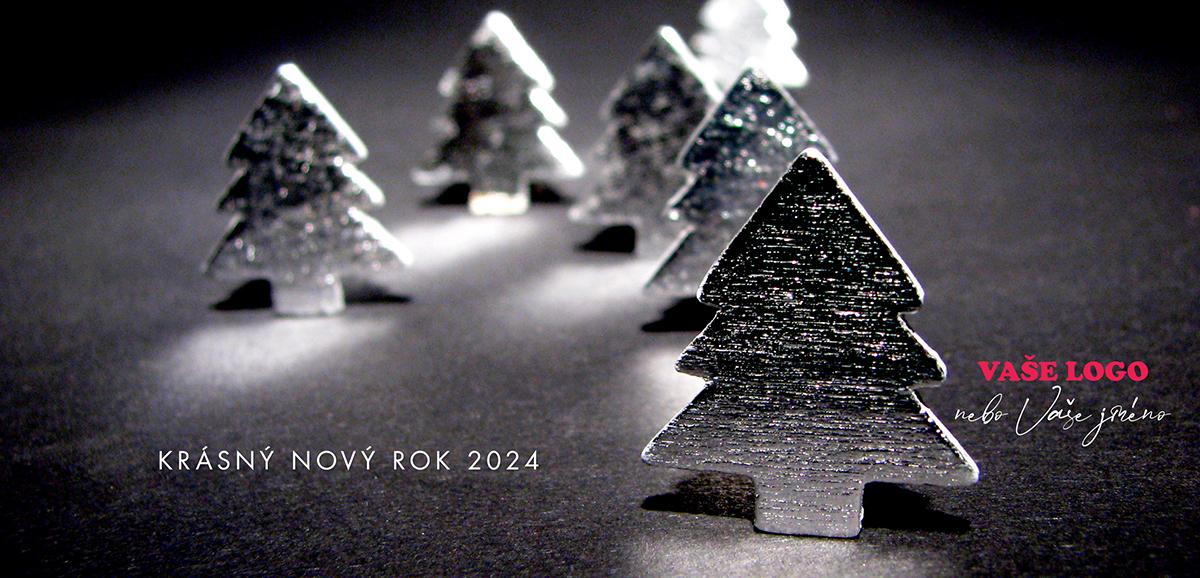 Stříbrné vánoční přání s ručně vyráběnými ozdobami stromečků má zvláštní atmosféru.