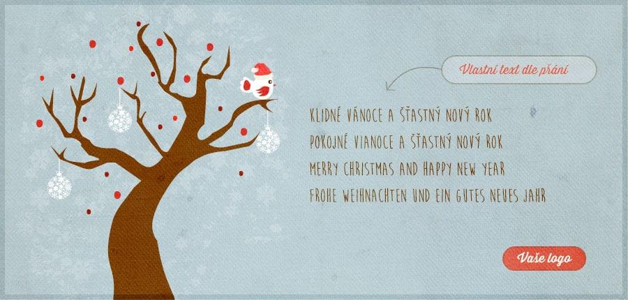 Milé vánoční přání s ozdobeným opadaným stromem a ptáčkem ve vánoční čepici na šedomodrém pozadí.