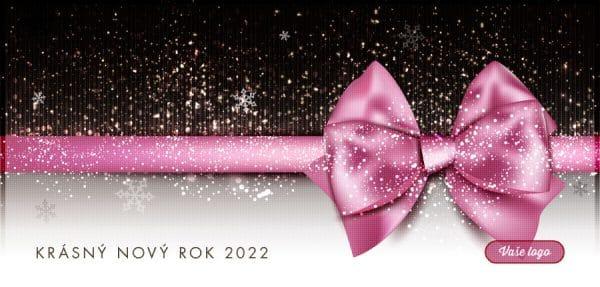 Efektní firemní novoročenka s růžovou mašlí na černobílém dárku, na který právě dopadá čerstvý sníh.