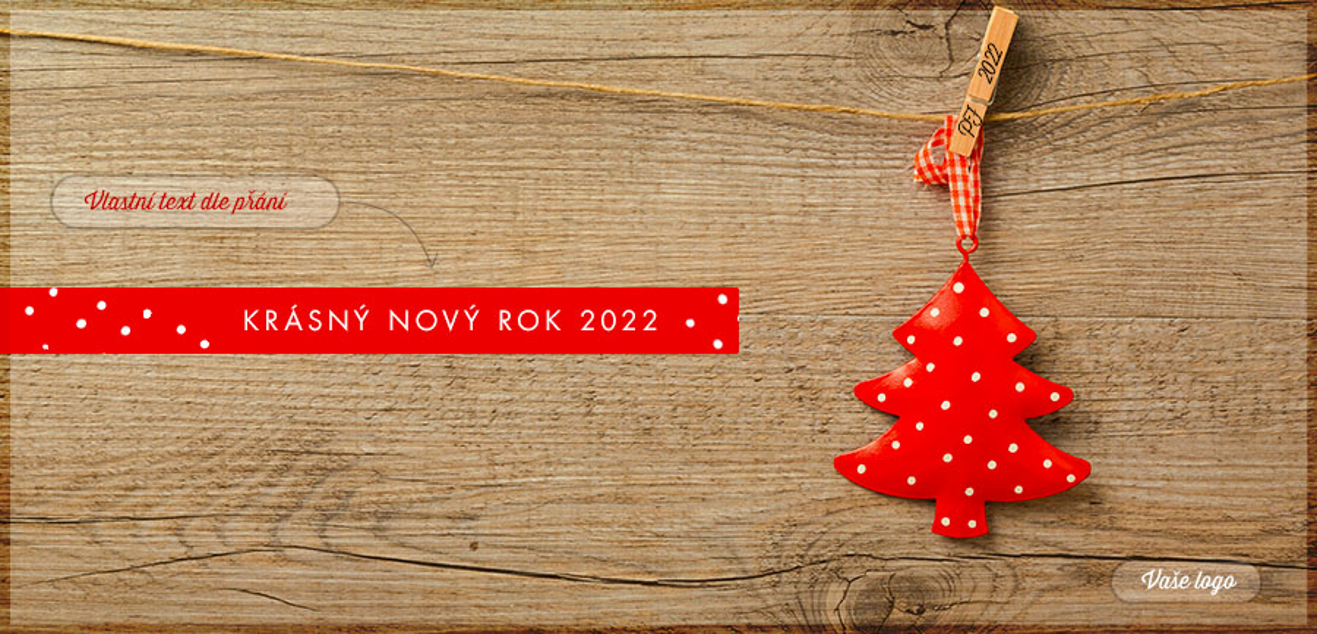 Novoročenka se zavěšenou ozdobou červeného stromku s puntíky a letopočtem na kolíčku na dřevěném pozadí.