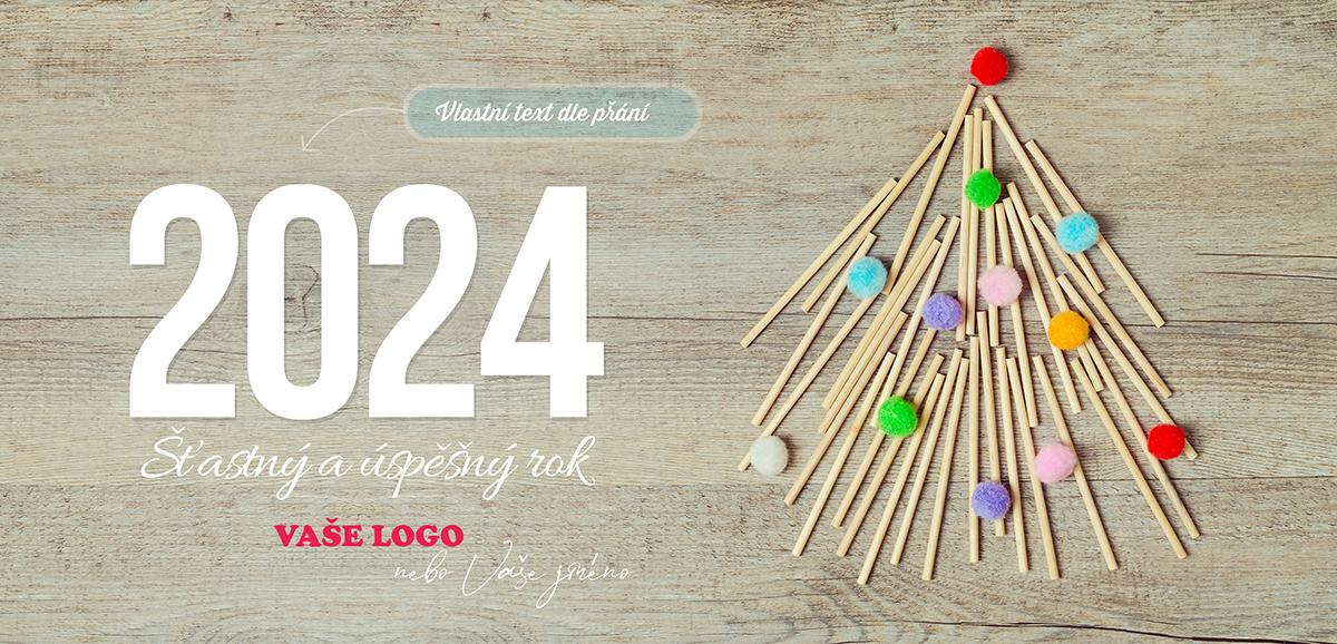 Kreativní vánoční přání se stromečkem ze špejlí ozdobeným barevnými bonbóny na dřevěném pozadí.
