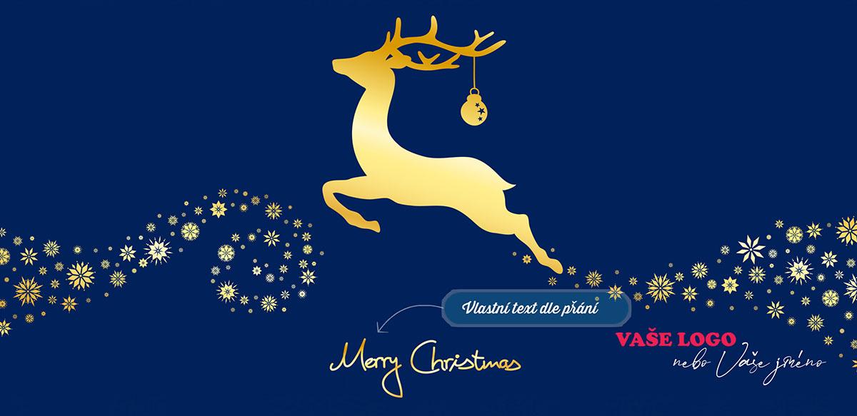 Modré vánoční přání se zlatým jelenem s ozdobou na parohu běžícím po cestě ze zlatých vloček.