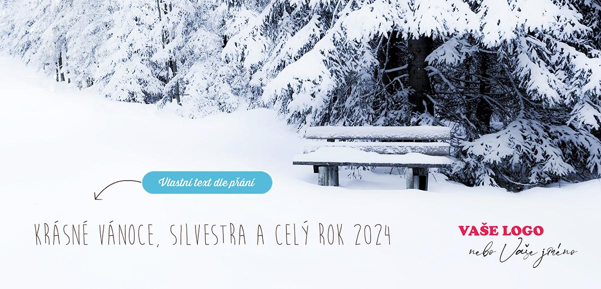 Nádherně zimní firemní vánoční přání se zasněženou lavičkou na okraji lesa vybízí k dovolené.