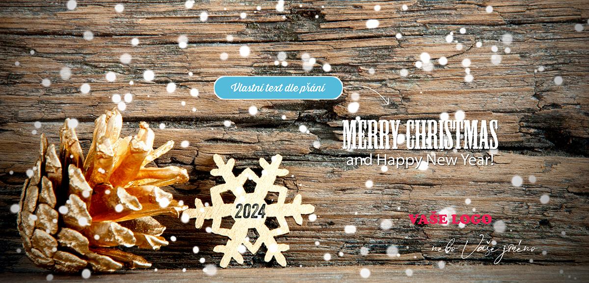 Krásně přírodní novoročenka s rozevřenou šiškou, vyřezávanou vločkou a padajícím sněhem na dřevěném pozadí.
