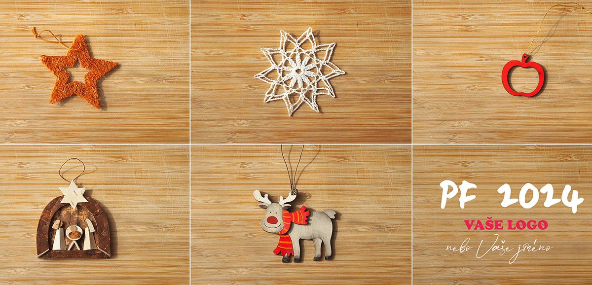 Sympatická novoročenka s pěti ozdobami na stromeček v oddělených čtvercích na dřevěném pozadí.