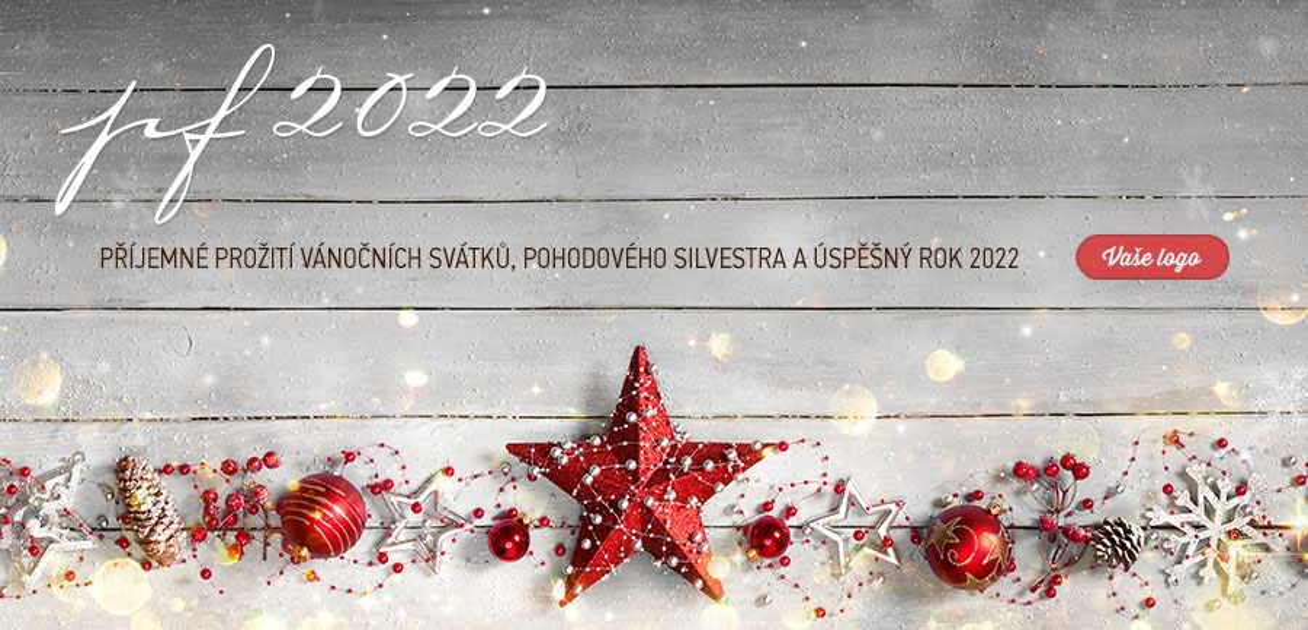 Vánoční řetěz kombinující přírodní materiály s vánočními ozdobami ladí s dřevěným pozadím novoročenky.
