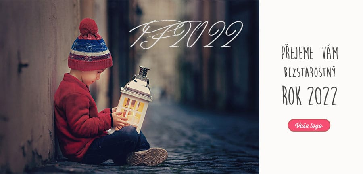 Roztomilé vánoční přání s chlapečkem zaujatým lucernou sedícím na zemi v uličce, zahřeje u srdce.
