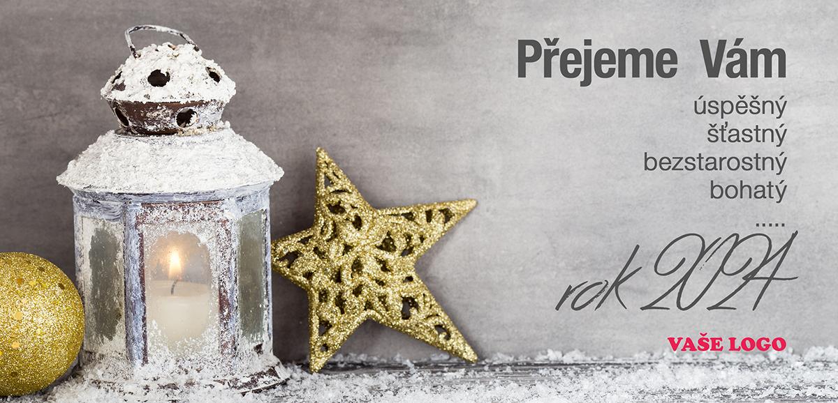 Vánoční zátiší se sněhem pocukrovanou lucernou a dvěma zlatými ozdobami naladí sváteční pohodu.
