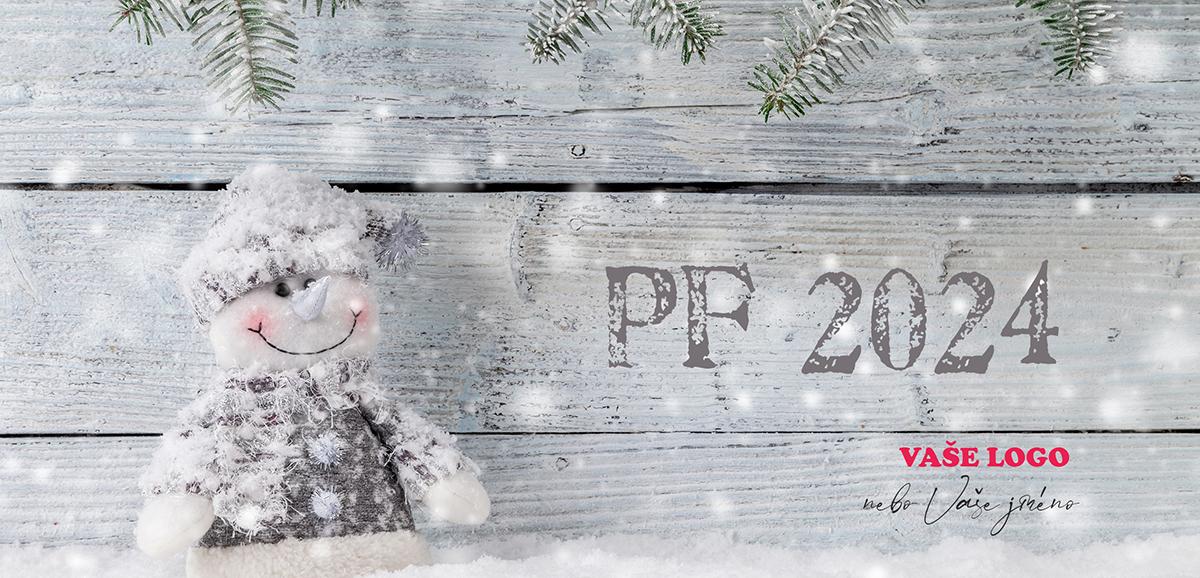 Ručně vyrobený textilní sněhulák zapadaný sněhem na dřevěném pozadí rozkošné novoročenky.