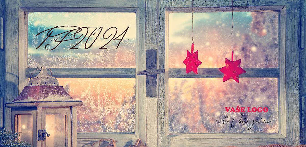 Vánoční přání s detailem na dřevěnou strukturu okna ozdobeného červenými hvězdičkami a krásnou lucernou.