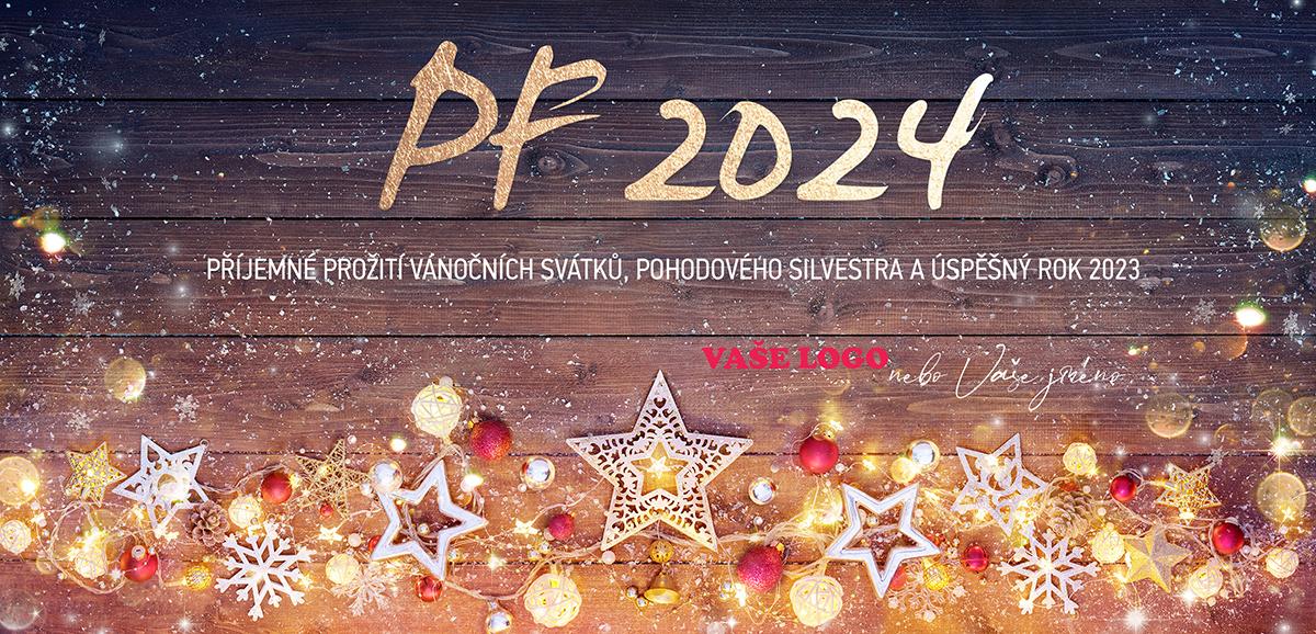 Novoročenka s osvětlenými vánočními ozdobami, dekoračními hvězdami a zlatými mincemi na dřevěném pozadí.
