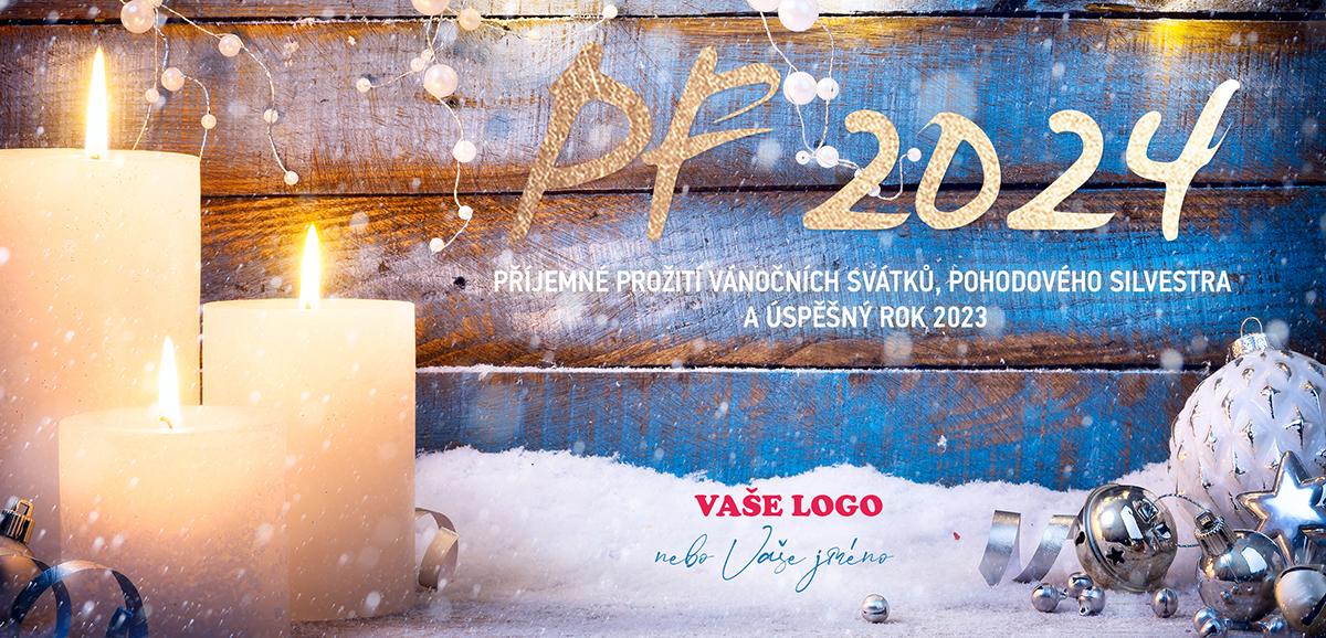 Tři bílé zapálené svíčky a stříbrné vánoční ozdoby na zasněženém dřevěném pozadí novoročenky