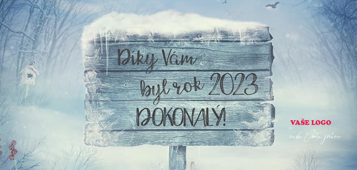 Zasněžený dřevěný ukazatel na pozadí zimní krajiny dodá atmosféru vašemu firemnímu přání na novoročenky.