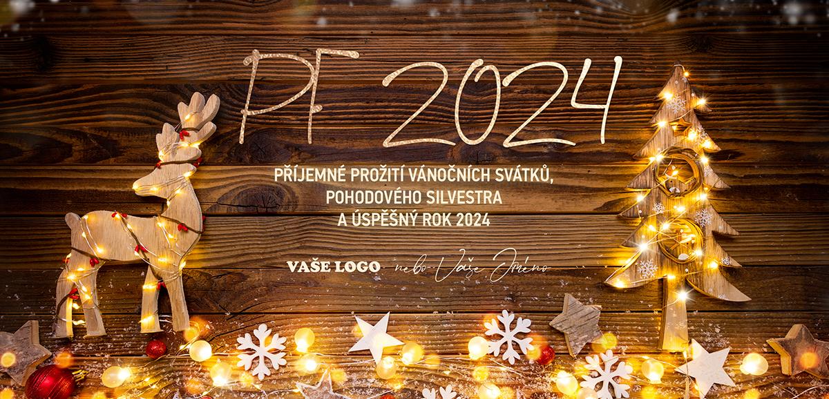 Novoročenka s dřevěným sobem i stromečkem zdobená hvězdičkami a vločkami na dřevěném pozadí.