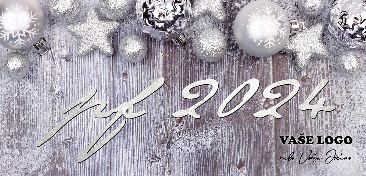 Třpytivě bílé vánoční dekorace zkrášlují horní část novoročenky s dřevěným, částečně bílým, pozadím.