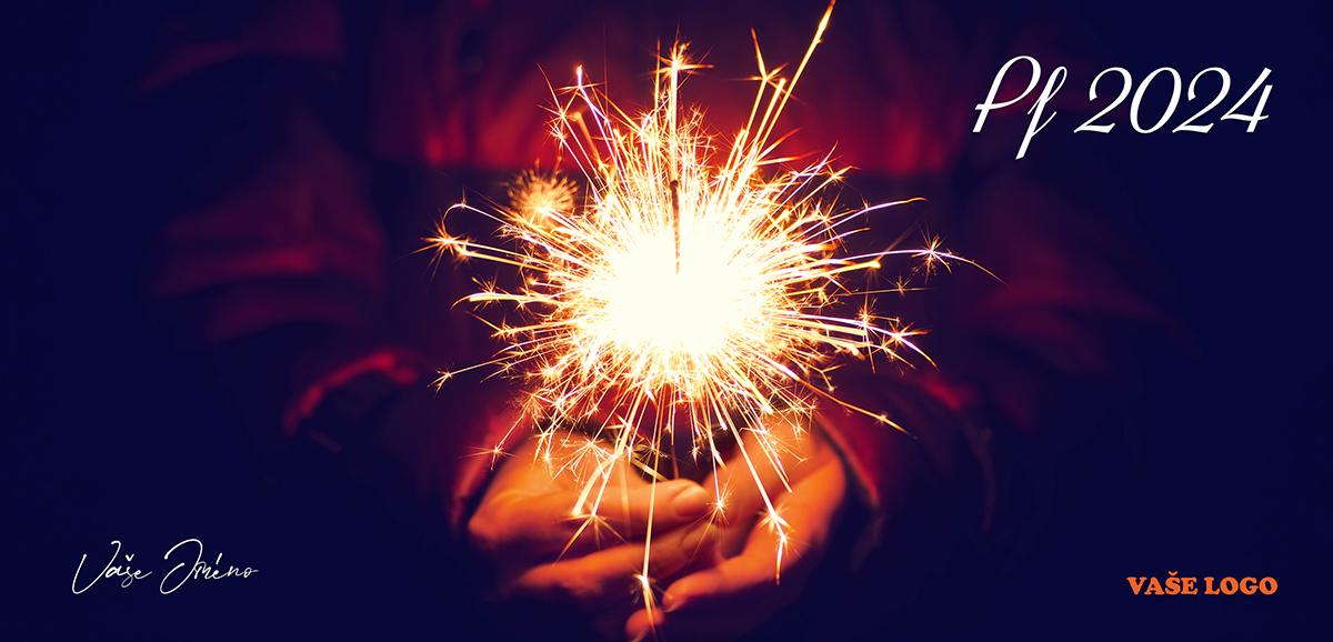 Zapálená prskavka v rukou na černém pozadí, má jiskru i pro firemní novoroční přání.