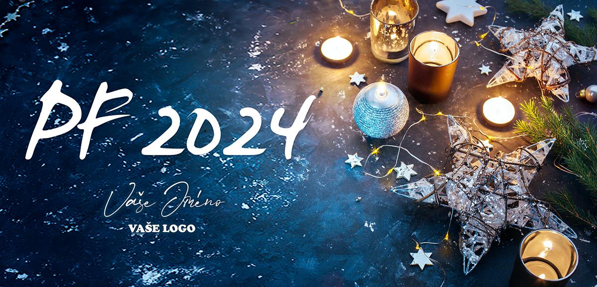 Krásné vánoční přání se zapálenými svíčkami a kombinovanými ozdobami ve tvaru hvězd.