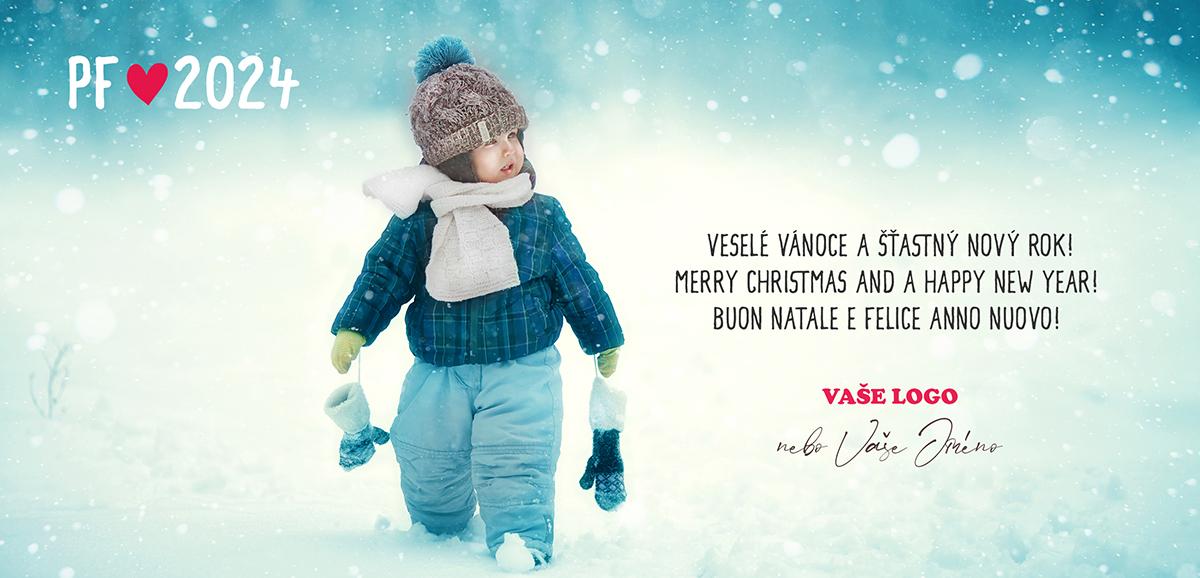 Zimní vánoční přání s dítětem na procházce ve sněhu rozněžní nejen rodiče.