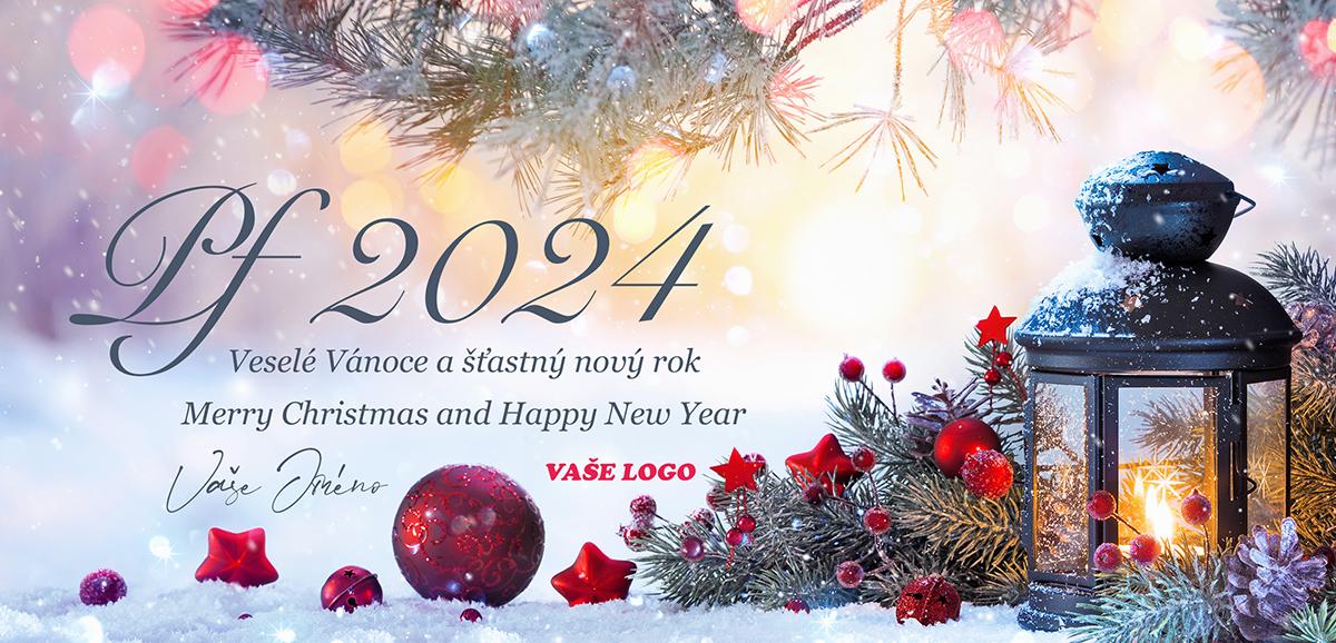 Křehkost a eleganci spojuje vánoční zátiší z červenými ozdobami jehličím a lucernou na vánočním přání.