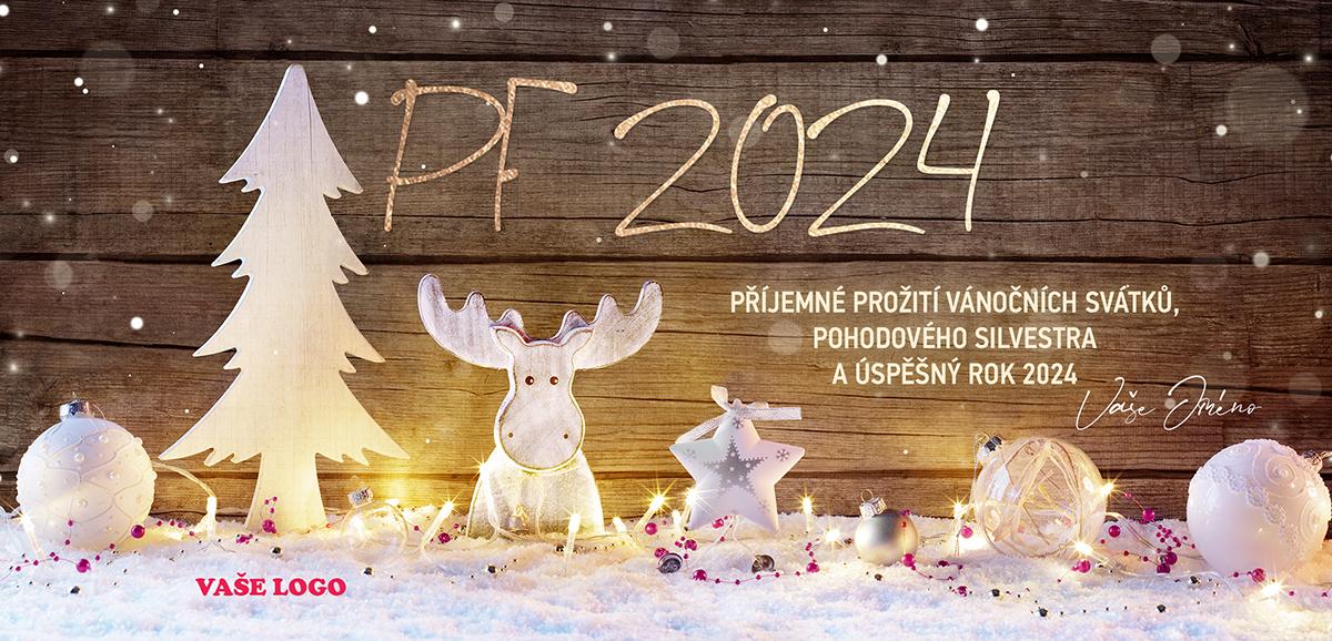 Kulisa stromu s textilním sobem i hvězdou spolu ladí s vánočními ozdobami na dřevěném pozadí novoročenky.