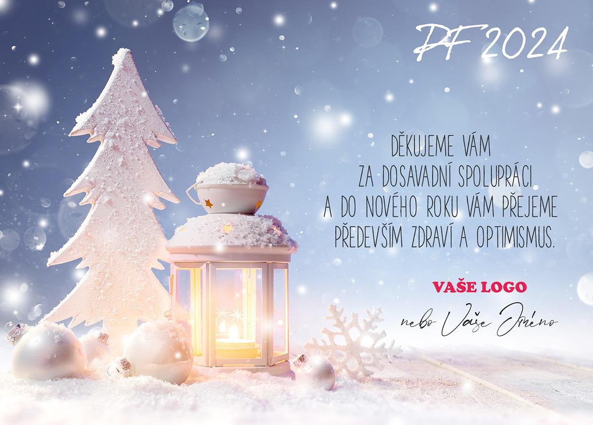 Kulisa bílého stromku s lucernou a bílými ozdobami společně tvoří zimní sváteční atmosféru novoročenky.