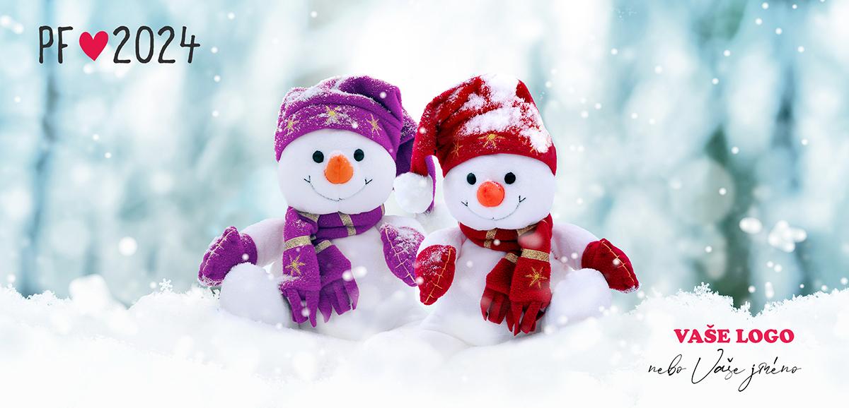 Novoročenka se dvěma ušitými sněhuláky odlišení fialovou a červenou barvou čepic, šál a rukavic na sněhu.