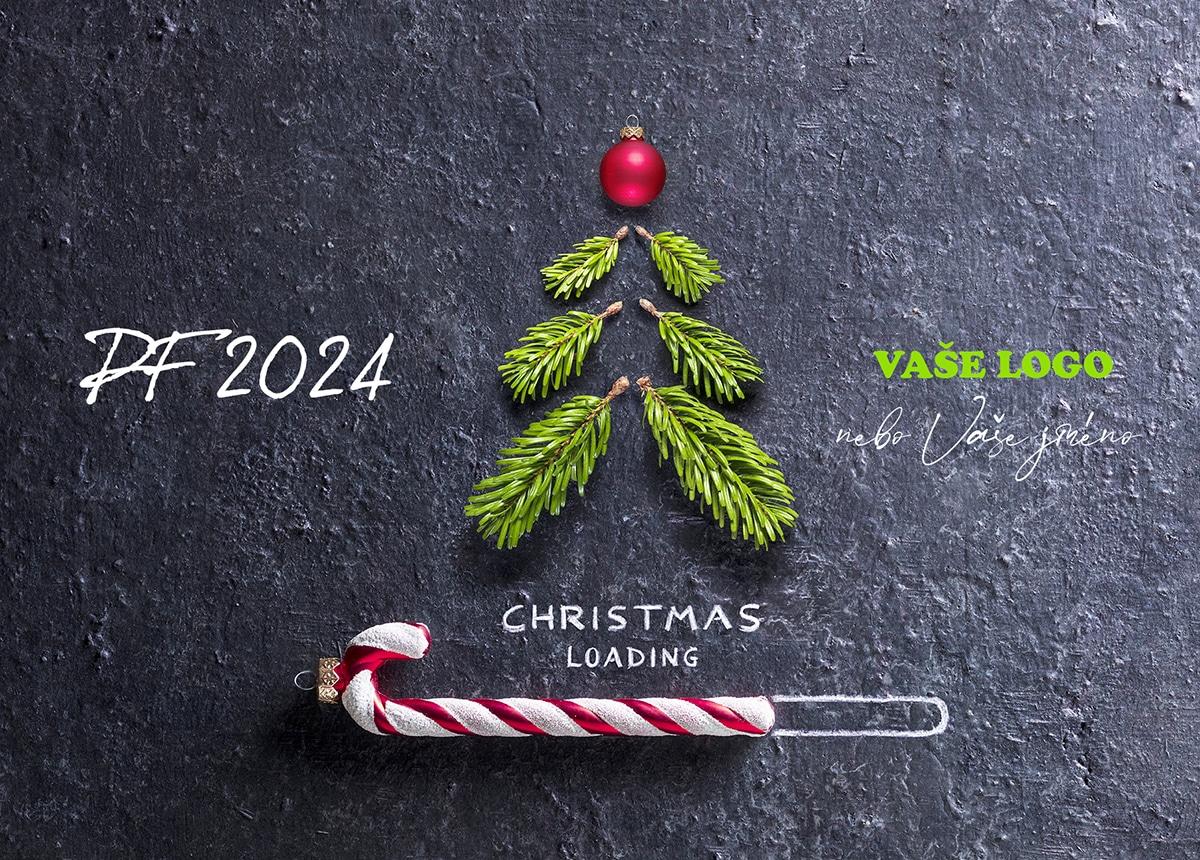 Vtipně kreativní novoročenka s kousky větviček a vánoční ozdobou ukazující načítání vánočního stromečku.