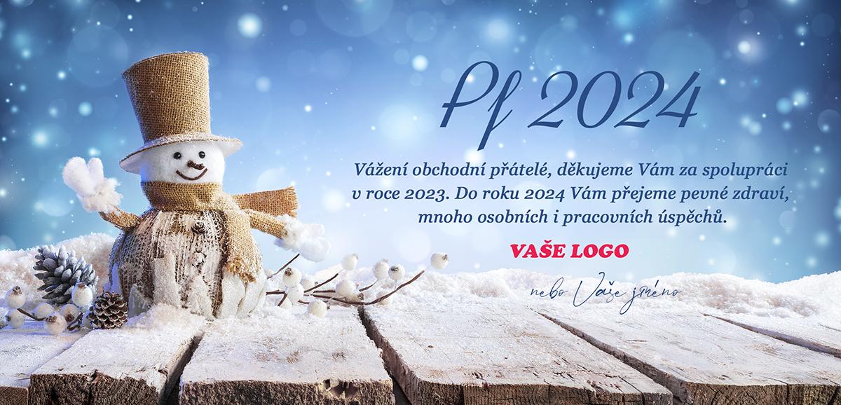 Novoročenka s elegantně, z přírodních materiálů, oblečeným sněhulákem v rukavicích, svetru, šále a cylindru.