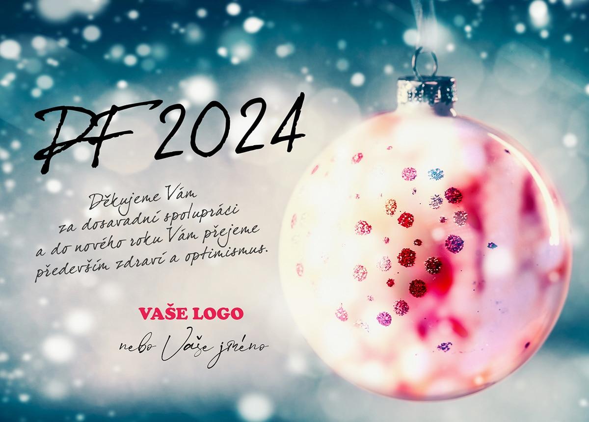 Vánoční přání se zvláštní lesklou baňkou zdobenou korálky na zimním pozadí novoročenky.
