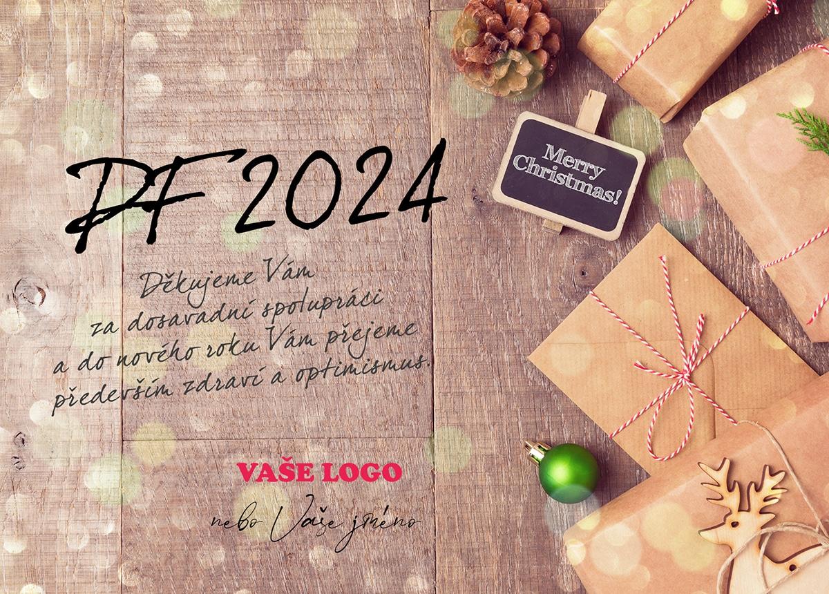 Velmi jednoduše zabalené dárky s šiškou a zelenou ozdobou na dřevěném pozadí novoročenky.