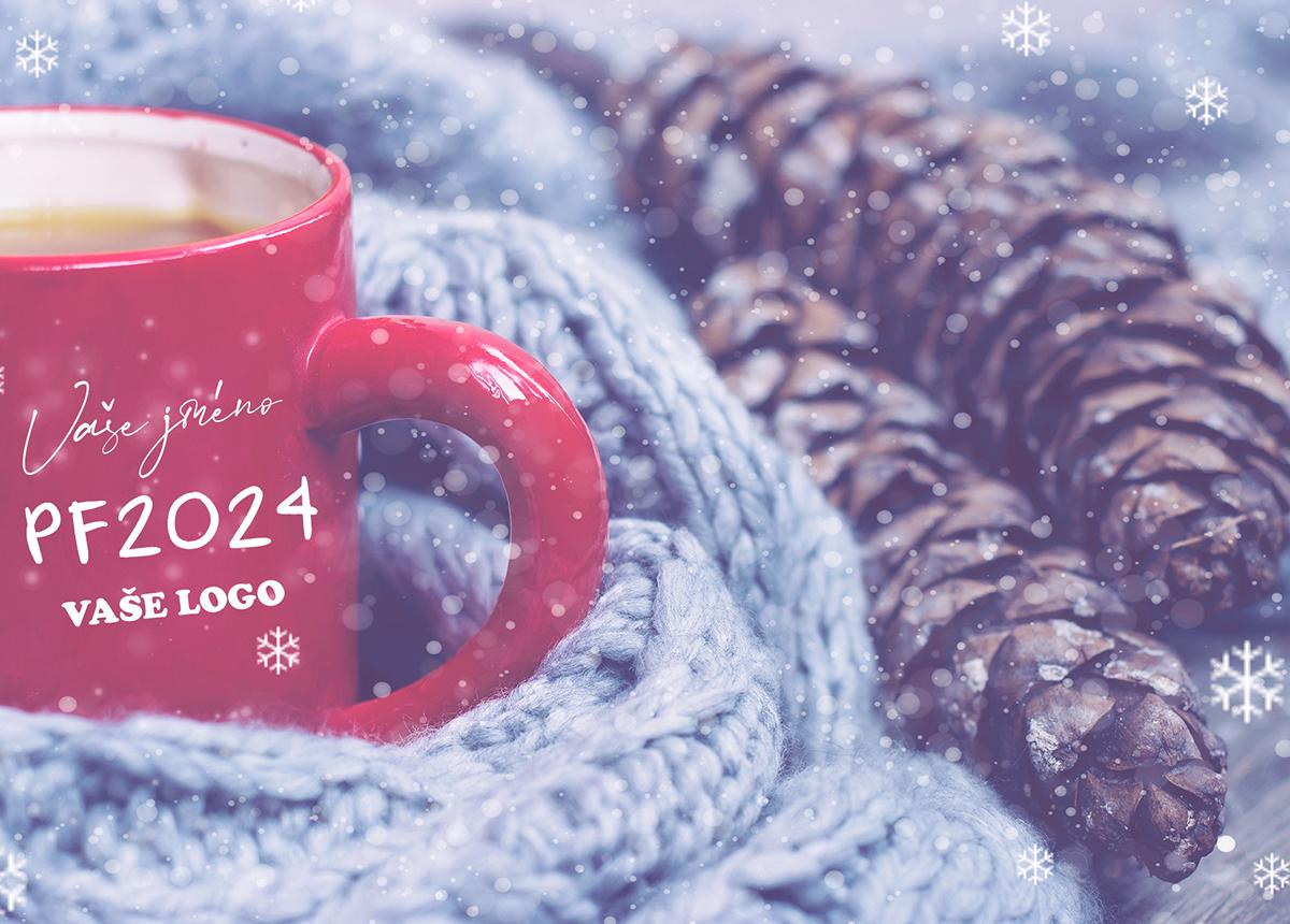Hrnek s teplou kávou položenou u vlněné šály přenáší příjemně hřejivý moment i do novoročenky.