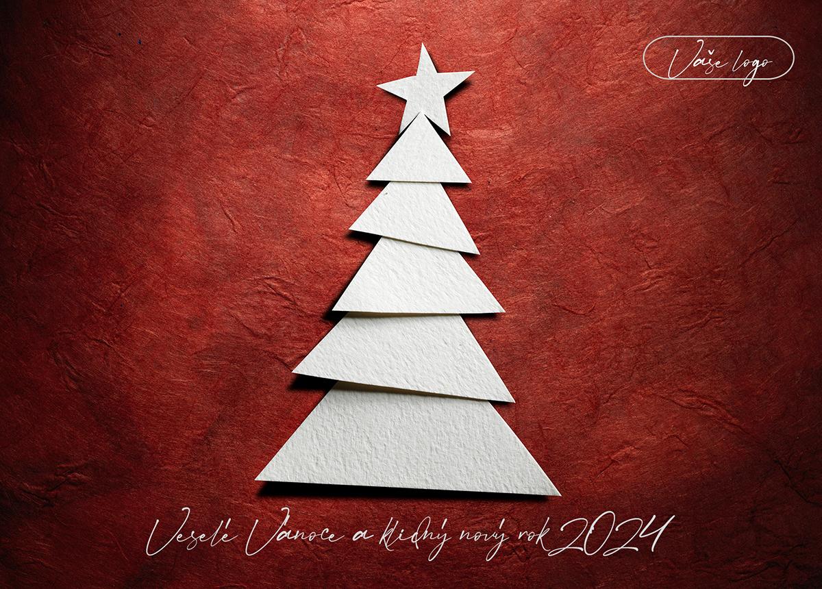 Kreativní novoročenka s bílým skládaným papírovým vánočním stromkem na červeném pozadí.