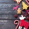 Vánoční přání s dřevěnými ozdobami, sladkostmi a cukrovím na dřevěném pozadí.