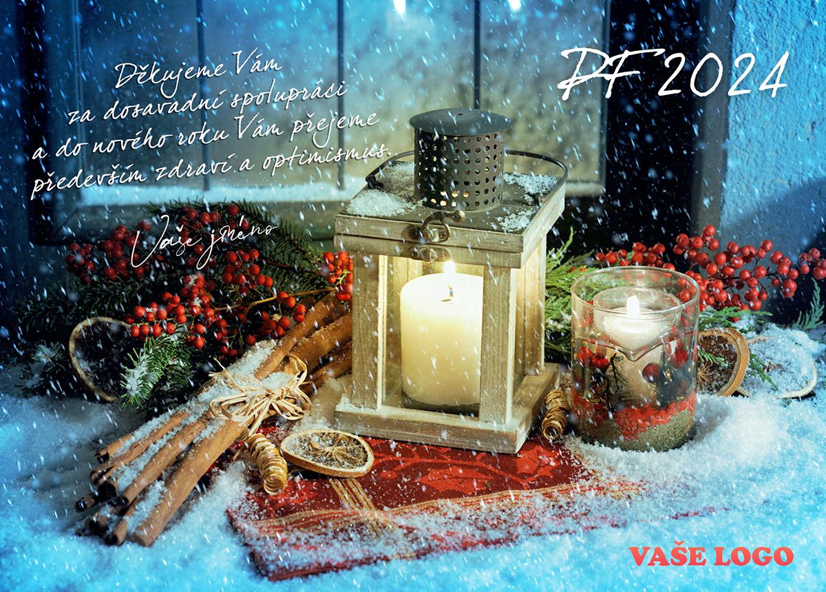 Zasněžené vánoční přání s rozsvícenou lucernou ozdobenou skořicí, pomerančem a přírodními větvičkami za oknem.