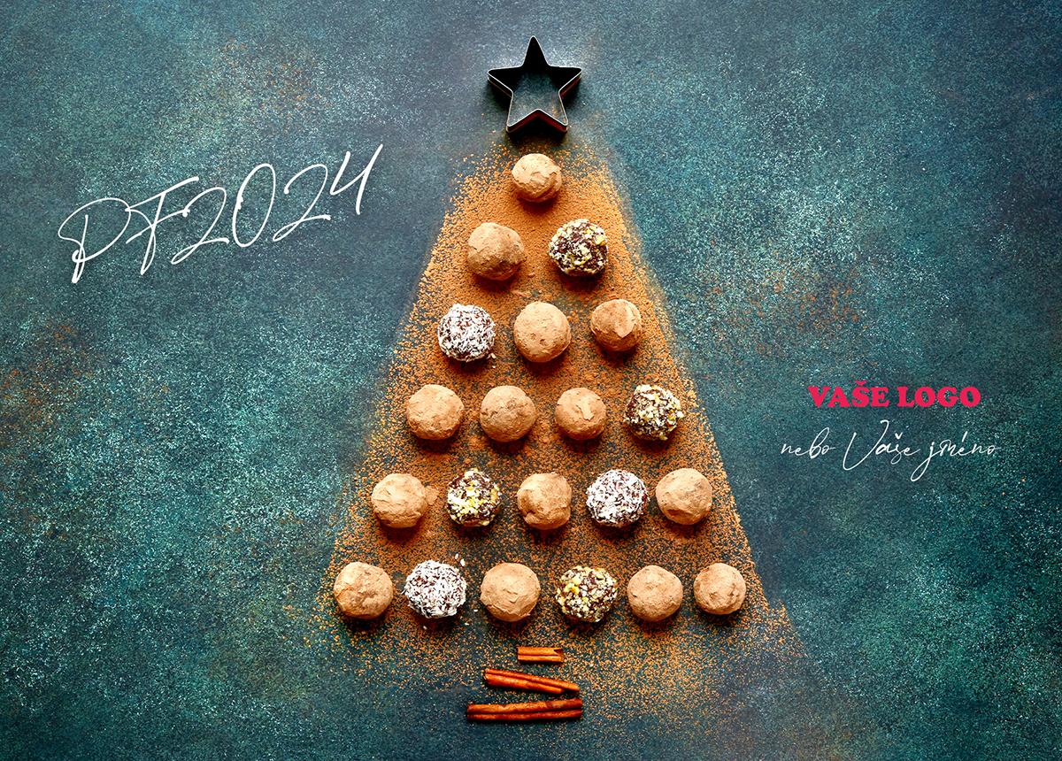 Sladká novoročenka s vánočním stromečkem sestaveným z kuliček nepečeného cukroví a skořice.